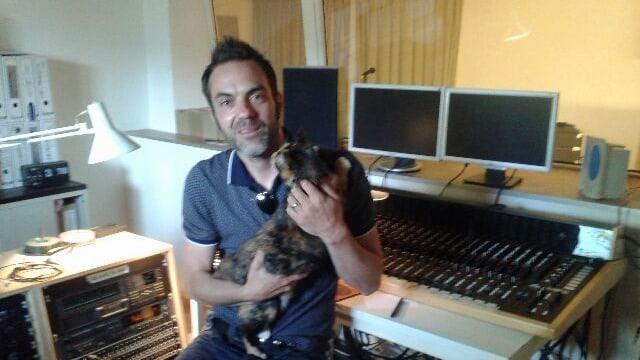 Tobi Gmür mit Katze auf dem Arm