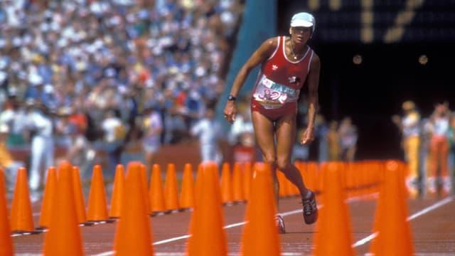 Die völlig dehydrierte Schweizer Marathon-Läuferin Gaby Andersen-Schiess beim Zieleinlauf 1984 in Los Angeles.