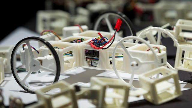 Mini-Roboter an einer Ausstellung.