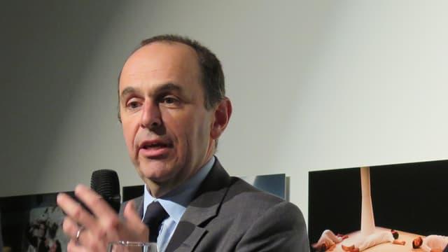 Portrait Aufnahme von Pietro Supino mit Mikrofon und Glatze.
