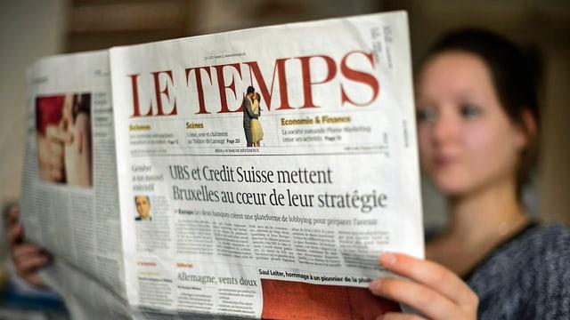 Frau liest «Le Temps»