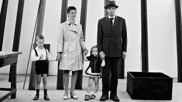 Kassel: Joseph und Eva Beuys mit ihren Kindern Wenzel und Jessyka im Beuys-Raum der 4. documenta, 27. Juni 1968.