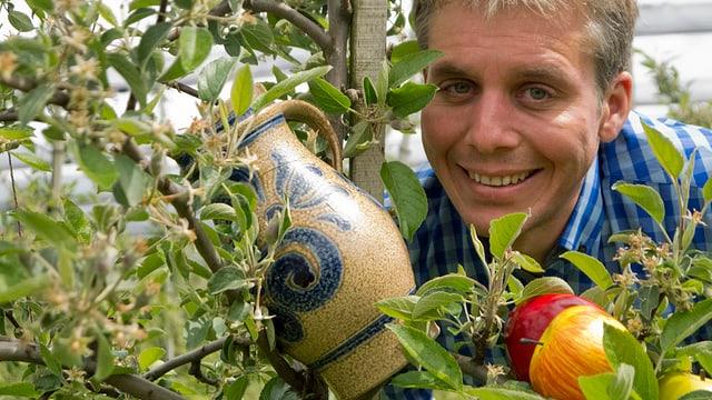 Reto Scherrer in einer Apfelbaumplantage.