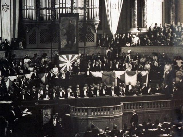 1. Zionistenkongress in Basel um 1897. Man sieht viele Menschen im Stadtcasino Basel.