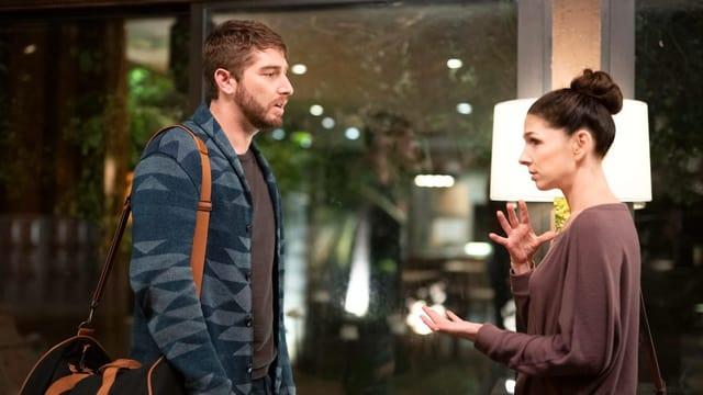 Kate spricht in Gebärdensprache mit Michael vor einem Schaufenster