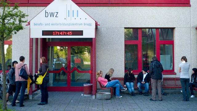 Schüler vor einer Berufsschule in Brugg