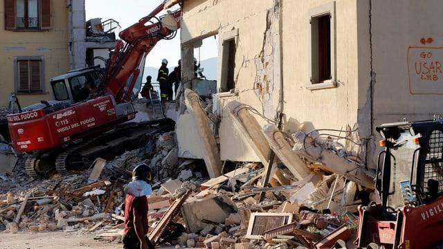 Beim Erdbeben beschädigtes Hotel wird abgerissen.