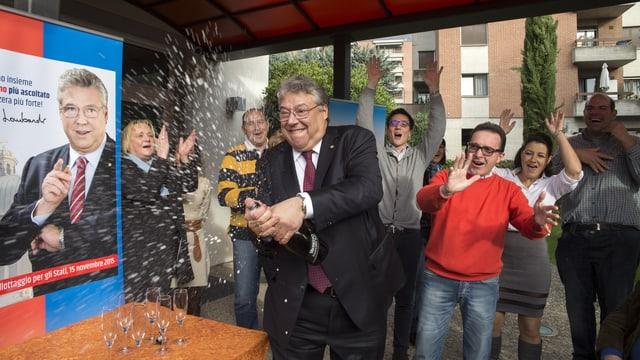 Der Tessiner Ständerat Lombardi öffnet eine Sektflasche.
