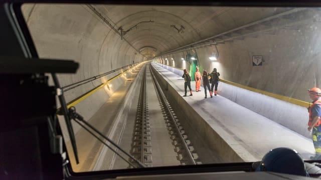 Ein Zug fährt durch den Neat-Tunnel.