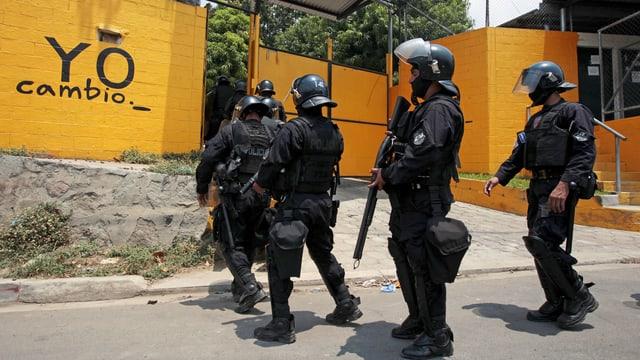 Polizisten vor Gefängnis