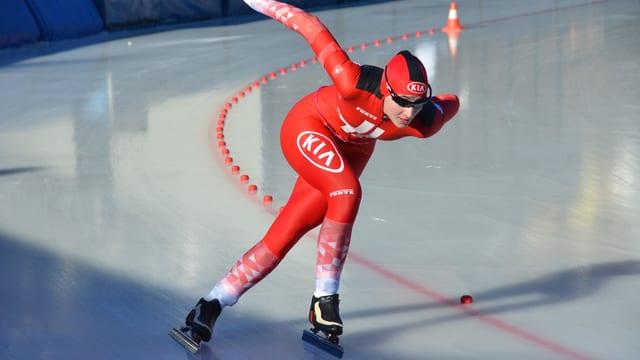 Eine Sportlerin fährt auf Schlittschuhen