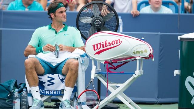 Roger Federer sitzt in Cincinnati bei einem Seitenwechsel auf seinem Stuhl.