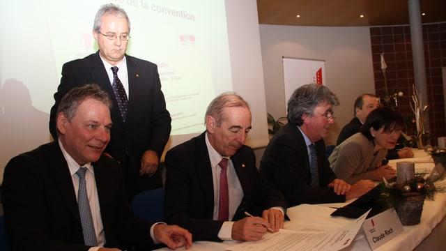 Die Walliser Kantonsregierung beim Unterzeichnen der Verträge.