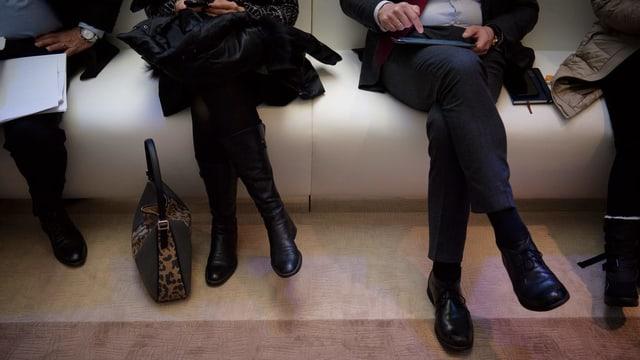 Frau und Mann sitzen auf einer Bank
