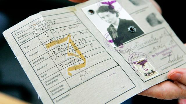 Ein deutscher Pass aus der NS-Zeit mit dem grossen «J» Stempel.