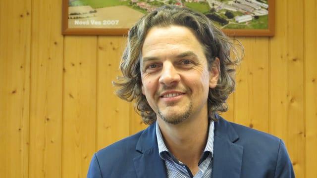 Christian Grossenbacher im Gemeindesaal – bevor der Anlass nach draussen verlegt wurde.