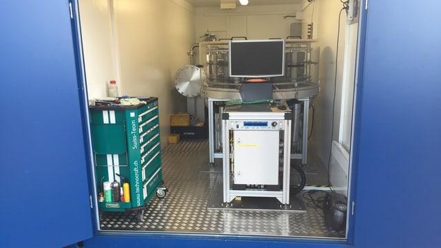 Technisches Gerät in einem Container.