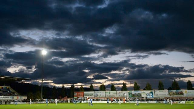 Stadion Niedermatten vor dunkel bewölktem Himmel.