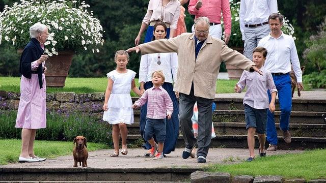 Königsfamilie läuft durch den Schlossgarten.