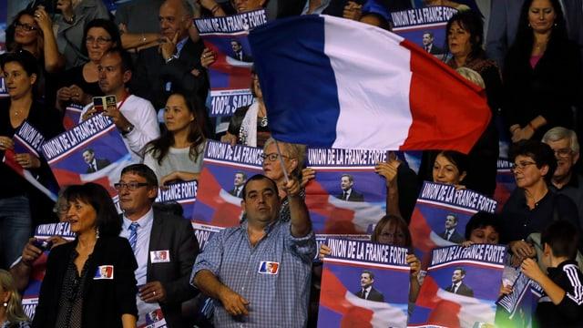 Fans mit Plakaten von Sarkozy