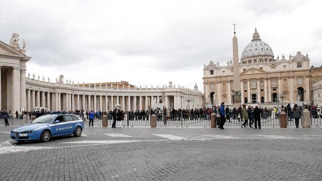 Ein Polizeiauto am Petersplatz in Rom.