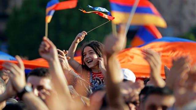 Ein Mädchen mitten in einer Demomstration in Eriwan