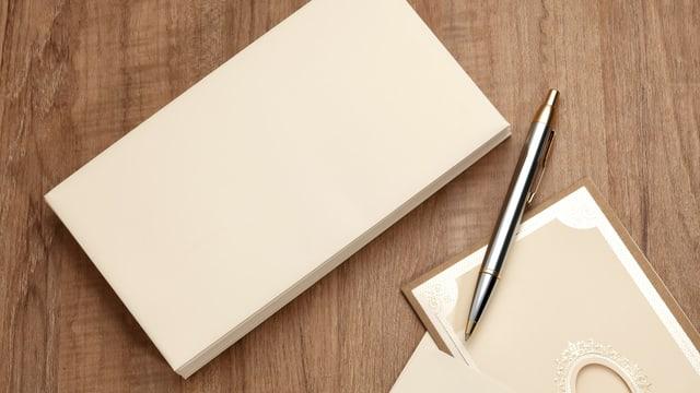 Briefumschlag und Kugelschreiber.