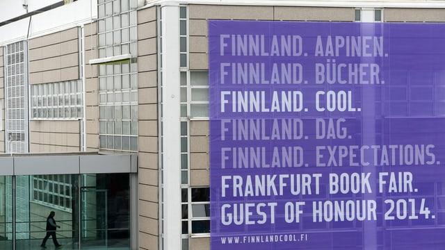 """An einer Gebäudefassade hängt ein grosses Plakat mit der Aufschrift """"Finnland. Cool"""""""