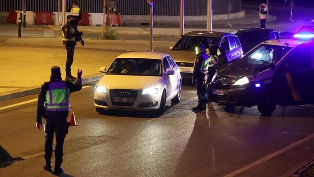 Regionale Polizeieinheiten stoppen Autofahrer