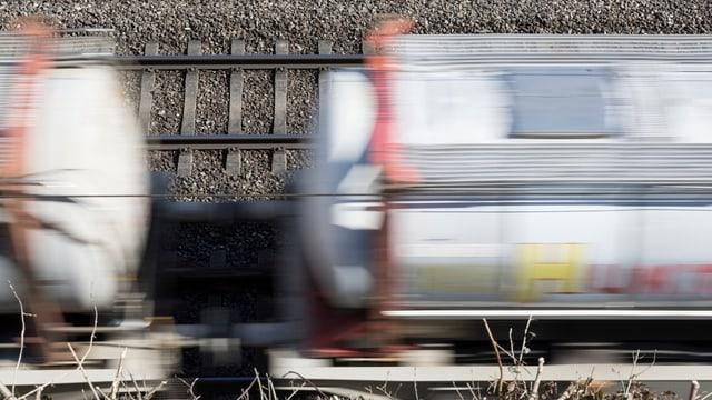 Güterzug, von oben; man sieht den Zug kaum, wegen der Bewegungsunschärfe.