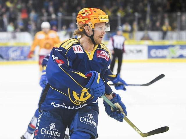Mattias Tedenby mit wehendem Haar auf dem Eis.