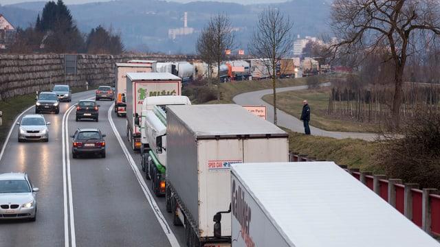 Vor dem Grenzübergang Thayngen stauen sich die Fahrzeuge.