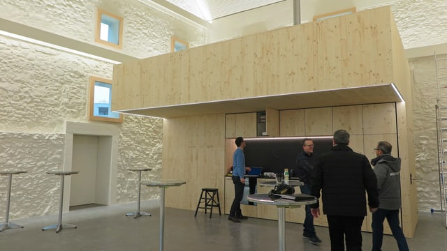 Innenansicht mit Holzkonstruktion mit Küche und Galerie