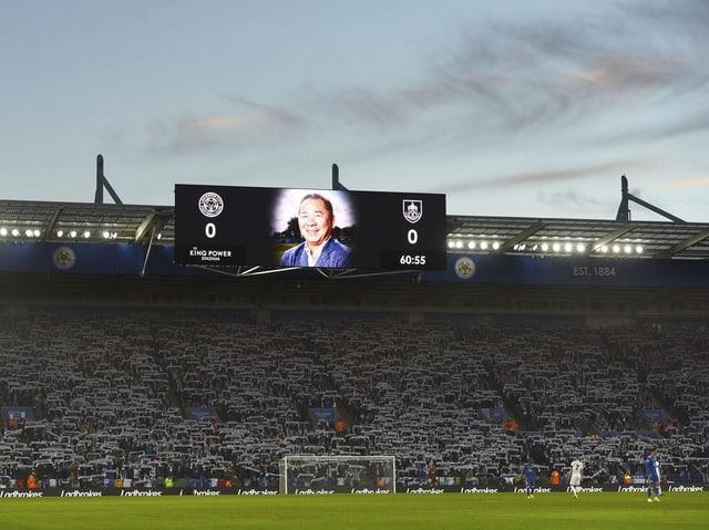 An der Anzeigetafel im Stadion ist der verstorbene Klubbesitzer zu sehen