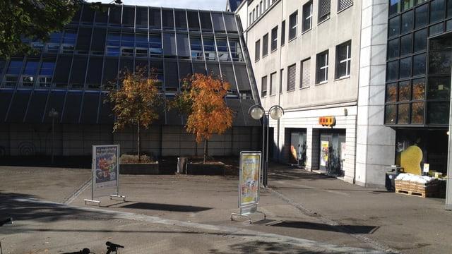 Coop-Laden mit einem grauen Platz davor