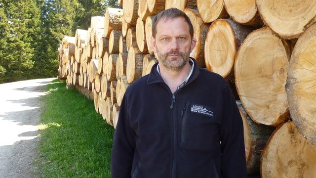 Beat Zaugg, Geschäftsführer der Emmentaler Wald & Holz GmbH in Grünenmatt, vor den Stämmen eines grossen Holzschlags.