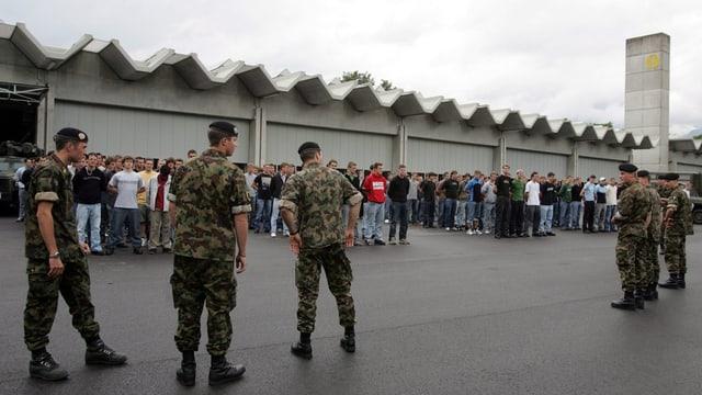 Rekruten vor Panzerhallen.