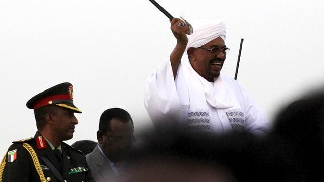 Der sudanesische Präsident nach seiner Ankunft am Flughafen der sudanesischen Hauptstadt.