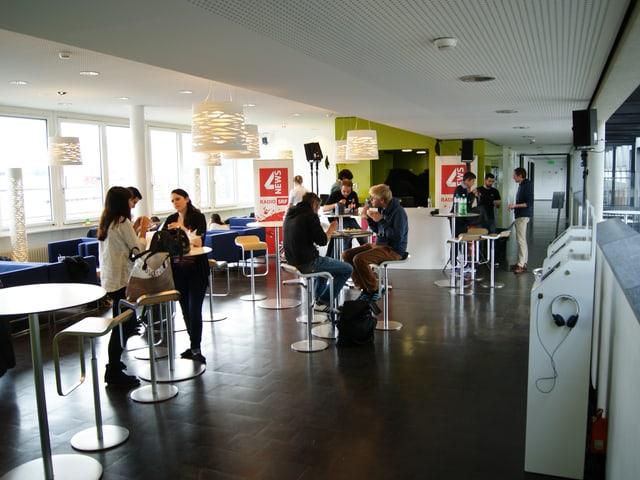 Kantine der Hochschule Luzern mit Studierenden am Mittagessen.