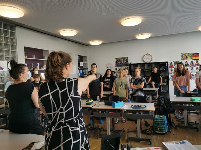Eine Klasse spricht ins Mikrofon