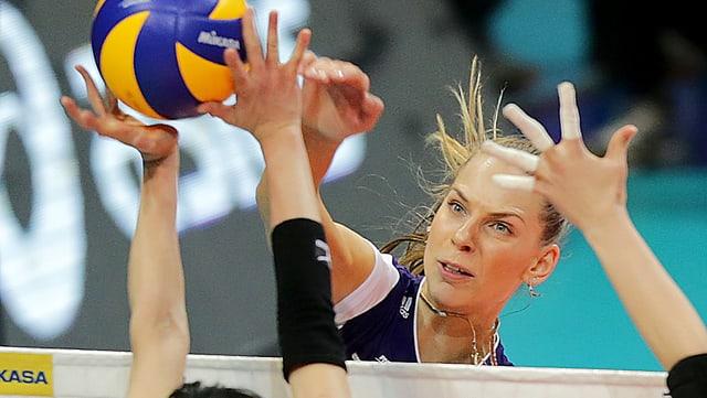 Olesia Rykhliuk am Netz.