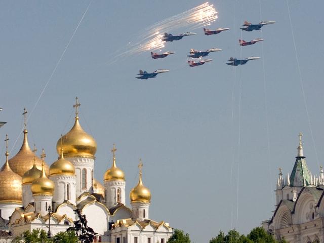 Kunstflugstaffel fliegt über dem Kreml