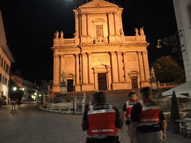 Beleuchtete Kathedrale bei Nacht.