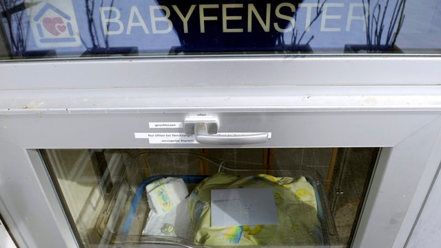 Blick ins Babyfenster des Spitals Einsiedeln