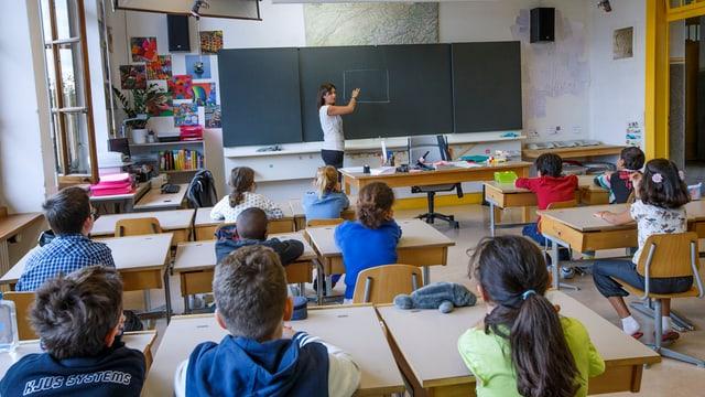 Schüler und Schülerinnen während des Unterrichts im Klassenzimmer