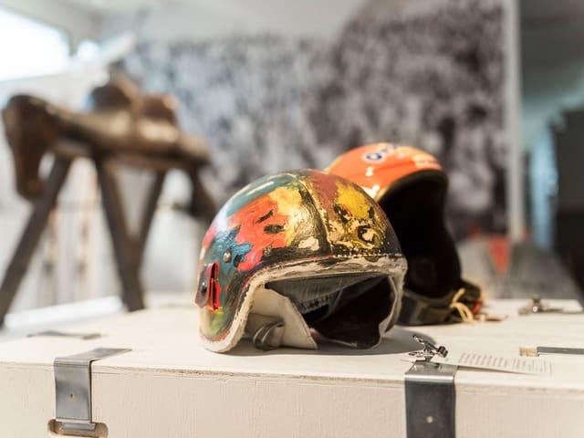 Helme der Skifahrer Marie Theres Nadig und Didier Cuche.