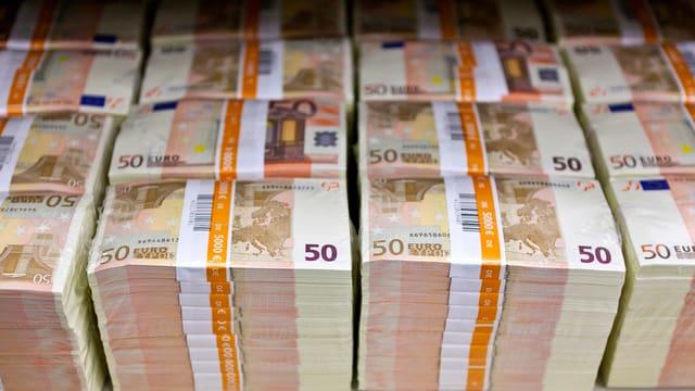 Stapel von 50-Euro-Noten.