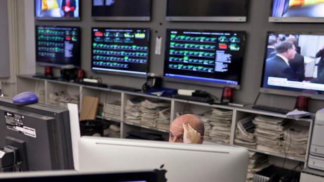 Blick in die Redaktion des Tages-Anzeigers. Dort stehen viele Bildschirme mit farbigen Balken drauf.