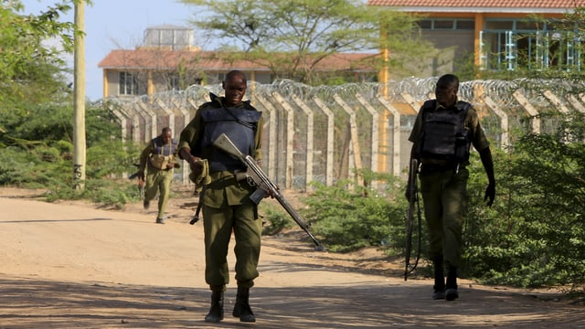 Kenianische Soldaten am Zaun der Universität vo Garissa.