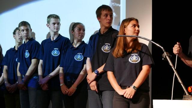 Schülerinnen und Schüler stehen Schlange vor dem Mikrofon, um Fragen zu stellen. Oder eben nicht mehr.